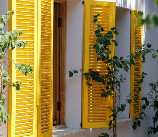 Mehrere gelbe Fensterläden