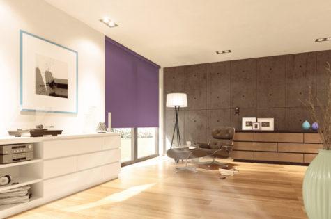 Rollo aus violettem Stoff in einem grosszügigen Wohnzimmer.