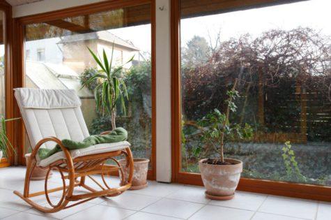 Gemütlicher Wintergarten mit Schaukelstuhl