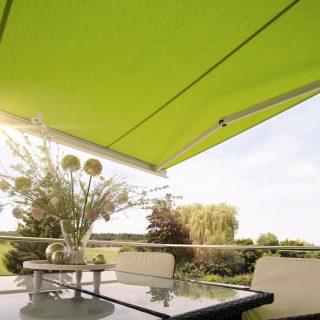 Grüne Sonnenstoren als Blendschutz